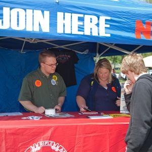 Den amerikanska vapenlobbyn NRA rekryterar medlemmar i ett tält under ett vapenjippo i Indianapolis 2010.