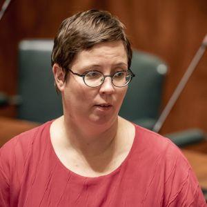 Kansanedustaja Merja Kyllönen , vasemmistoliitto täysistunnossa