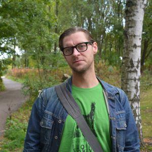 Juho Pylvänäinen protesterar mot universitetens parkeringsplaner