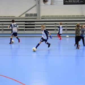 Barn spelar fotboll i Folksam Arena i Sjundeå.