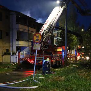 Tulipalo Vanhassa Vaasassa 3.10.2019. Palomiehet sammuttamassa paloa