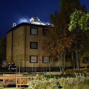 Tulipalo Vanhassa Vaasassa 3.10.2019. Palomiehet sammuttavat tulipaloa