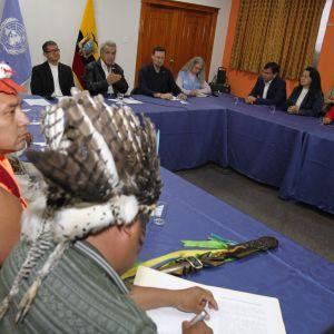 President Lenin Moreno ( i bakgrunden) nådde en kompromiss i försoningssamtal med representanter för Ecuadors ursprungsfolk