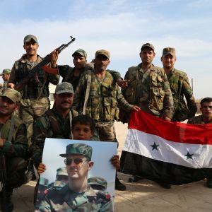 Syriska regeringsstyrkor strömmar till kurdiska områden där armén inte har satt sin fot på över sju år