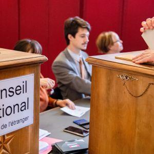 Ihmiset äänestävät Sveitsissä parlamenttivaaleissa.