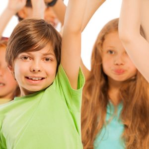 Barn som röstar genom att räcka upp handen.
