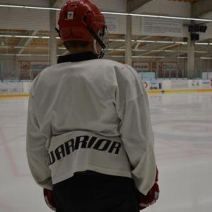 ishockeyspelare fotograferad bakifrån.