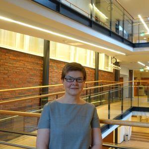 Foto på Marja Riihelä inomhus i byggnaden där Statens ekonomiska forskningscentral är inrymd