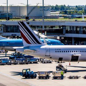 Flygplan lastas vid flygplatsen Schiphol i Amsterdam, Nederländerna.