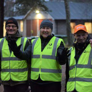 Timo Holmström, Monica Koskinen och Arkadi Kajander är strejkvakter utanför postterminalen i Hangö.