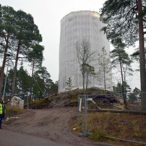 Karis vattentorn inpacketerat i plast. I nedre hörnet står vattenverkets direktör Klara Eklund.