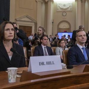 Valkoisen talon entinen Venäjä-asiantuntija Fiona Hill ja Ukrainassa työskennellyt yhdysvaltalaisdiplomaatti David Holmes kongressin kuultavana.