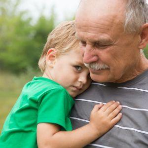 Isoisä lapsenlapsensa kanssa luonnossa.