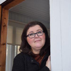 Maria Ekman-Kolari i dörrposten till sitt föräldrahem.
