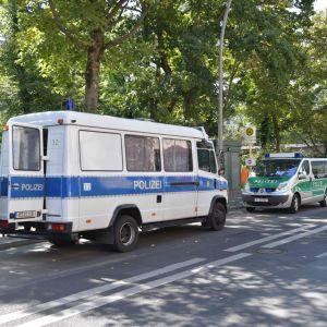 Polisbilar parkerade nära parken Kleiner Tiergarten den 23 augusti 2019 då en man mördades i parken