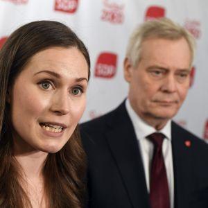 Sanna Marin och Antti Rinne håller presskonferens.