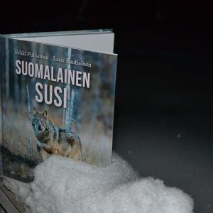 Vuoden luontokirjaksi valittu Suomalainen susi.