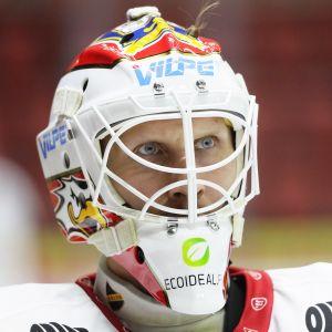 Niko Hovinen tittar framåt.