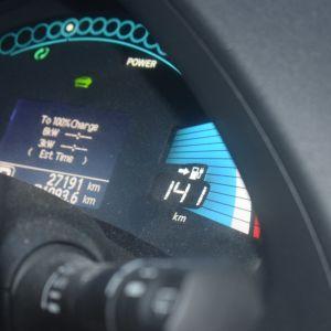 Sähköauton kojelaudass anäkyvä mittarilukema.