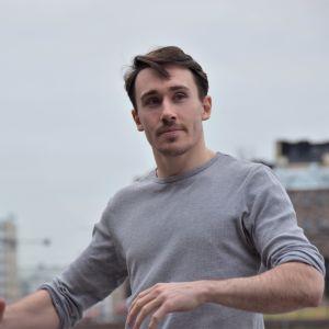 Kristian Lever poserar på Medborgartorget.