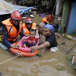 Räddningsoperation under översvämningar i Indonesiens huvudstad Jakarta.