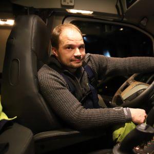 Kalle Kosonen on aura-auton kuljettaja. Tänä lumisena talvena hänelle ei ole paljon lepohetkiä suotu.