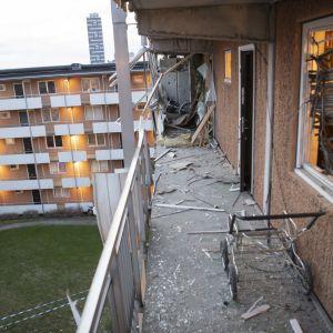 Räjähdyksen aiheuttamia tuhoja kerrostalon ulkokäytävällä.