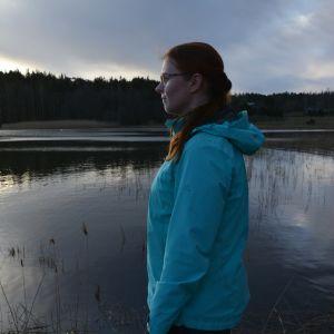 Katriina Juva katsoo merelle.