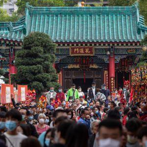 Hongkongbor som firar nyår bär ansiktsmasker efter att Hongkong utfärdade nödläge på grund av coronaviruset. Bland annat skolor och universitet är stängda till den 17 februari.