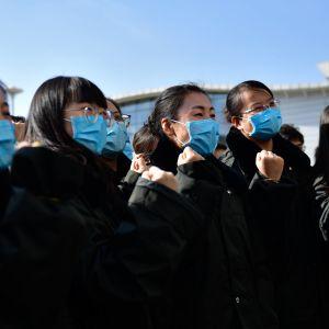En grupp sjukskötare och läkare på väg till Wuhan.