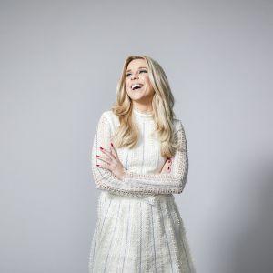 Leende kvinna i vit klänning