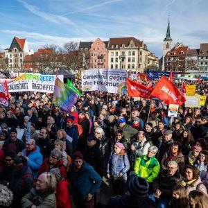 Mielenosoittajat marssivat lauantaina fasismia vastaan Erfurtissa.