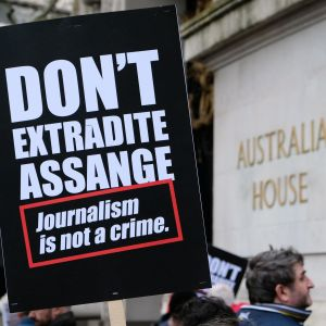 """""""Journalistik är inte ett brott"""" står det på plakatet till stöd för Julian Assange. London 22.2.2020"""