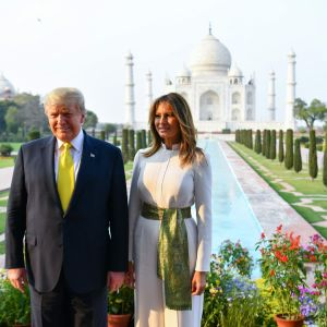 President Donald Trump med hustrun Melania poserar vid Taj Mahal i Indien 24.2.2020