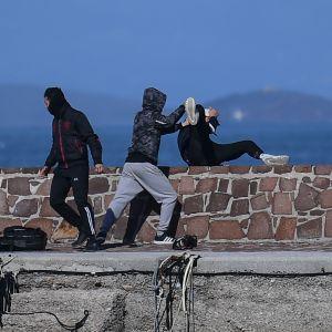 En del av de unga männen i hamnen i Thermi, nordöstra Lesbos, angrep en utländsk journalist och kastade hans tillhörigheter i havet.