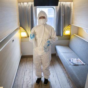 Jos hytissä on majoittunut koronavirustartunnan saanut matkustaja, siivoja pukeutuu suojapukuun siivotessaan hyttiä.
