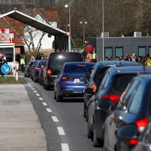 Bilar köar på den tyska sidan i Padborg vid den dansk-tyska gränsen 14.3.2020 strax innan gränsen stängdes..