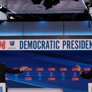 Det iögonenfallande stora avståndet mellan Biden och Sanders hade rekommenderats av hälsovårdsmyndigheter.
