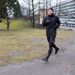 Timo Furuholm juoksee.