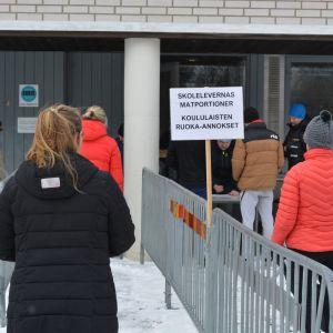 Utdelning av skolmat vid Rådmans centralkök i Jakobstad.