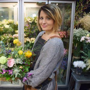 Kukkakauppias Janette Stenholm ihmettelee asiakasmäärien laskua.