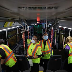 Bussar rengörs i Maryland, USA.