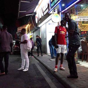 """Den här arkivbilden från mars 2018 visar människor samlade på en av gatorna i den stadsdel i Guangzhou som kallas """"Lilla Afrika""""."""