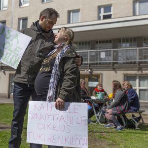 Jani Lampinen ja Marjo Eskola osoittivat mieltään synnytyksen tukihenkilöiden koronarajoituksia vastaan.