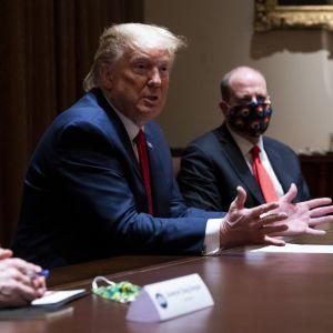 USA:s president Donald Trump kritiserade den ansedda smittskyddschefen Anthony Fauci då han träffade delstatsguvernörer i Vita huset. Trump var den enda som inte bar ett ansiktsskydd.