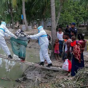 Ihmisiä evakuoidaan syklonin tieltä Bangladeshissa.