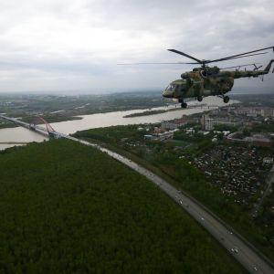 Sotilashelikopteri lentää Venäjällä.