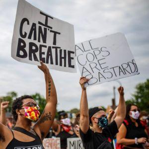 Människor protestererar mot polisbrutaliteten efter att George Fluys misshandlats till döds av en polis 26.5.2020 i Minneapolis