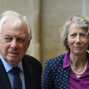 Chris Patten toimi Hongkongin viimeisenä brittikuvernöörinä. Taustalla vaimo Lavender Patten. Kuva vuodelta 2019.