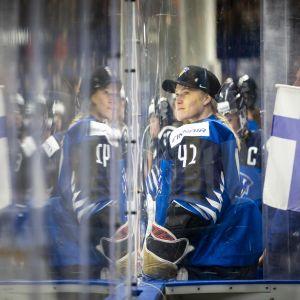 Noora Räty ja Suomen lippu